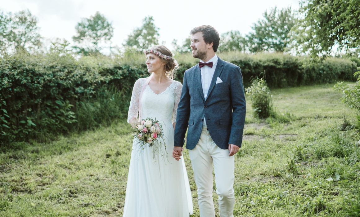 Pia und Simon spazieren über die grüne Wiese am Thinghof